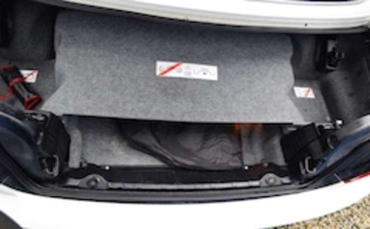 Wind deflector in trunk